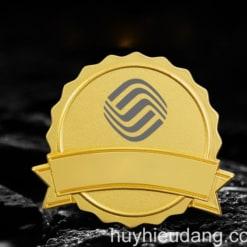 Huy hiệu đồng cài áo 8